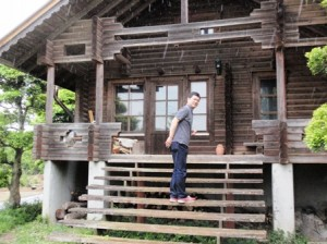 林の中に現れるログハウス