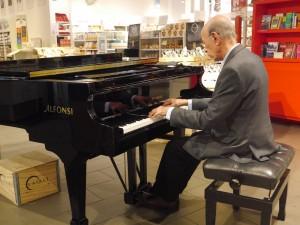 スーパーのなかでピアノ生演奏あり!